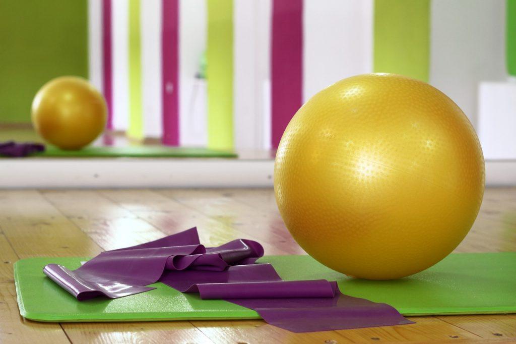 バランスボールエクササイズで体幹トレーニング。おなか引き締め効果に〇!